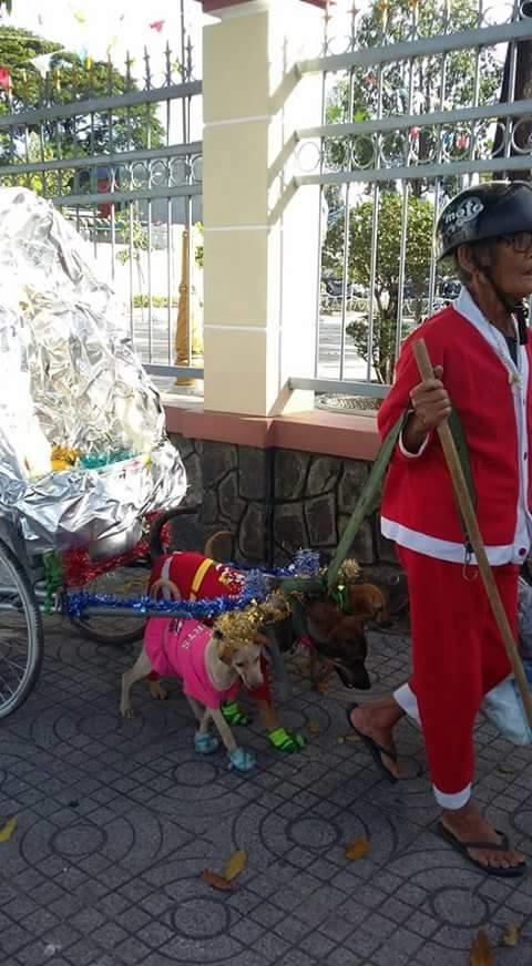"""Hình ảnh bà Noel cùng cỗ xe """"tuần lộc"""" trở thành tâm điểm chú ý ởkhu vựcChâu Thành, Tây Ninh vào ngày hôm qua 24/12. (Ảnh: Internet)"""