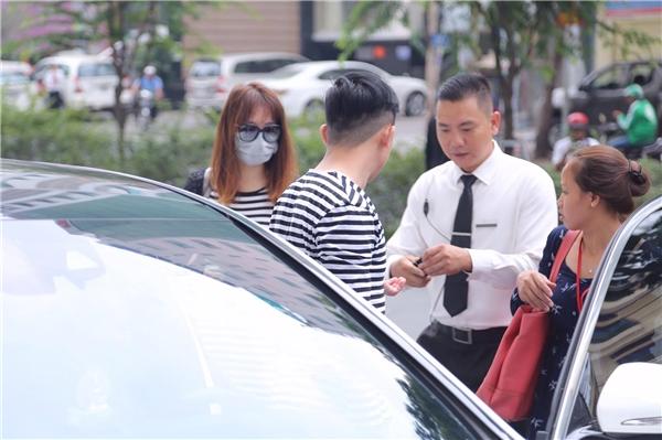 Hari Won che kín mặt, Trấn Thành bận rộn điện thoại trước giờ G - Tin sao Viet - Tin tuc sao Viet - Scandal sao Viet - Tin tuc cua Sao - Tin cua Sao