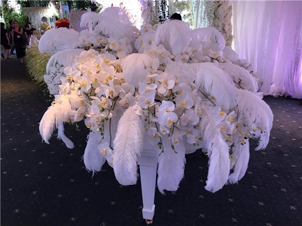 """""""Choáng ngợp"""" tiệc cưới tràn ngập hoa của Trấn Thành-Hari Won"""