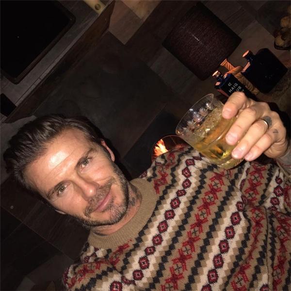 David Beckham diện áo len họa tiết đặc trưng mùa Noel.