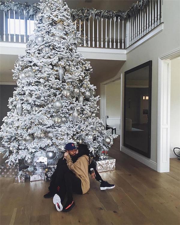 Kylie Jenner khoe ảnh hạnh phúc bên bạn trai.