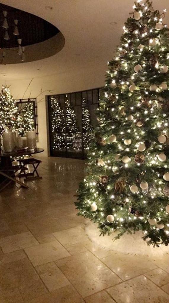 Ngôi nhà của chị cả KimKardashian được trang hoàng với rất nhiều cây thông rực rỡ.