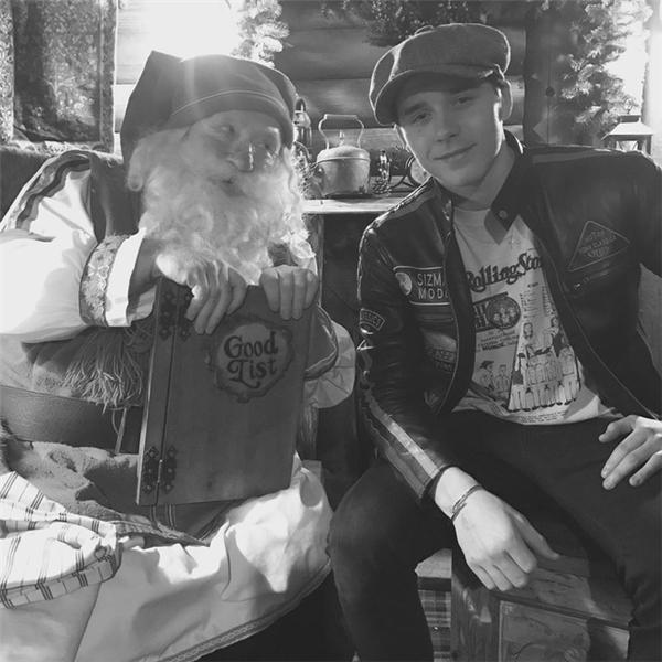Cậu cảBrooklyn Beckham chụp hình với Santa.