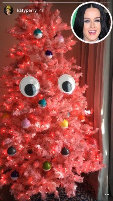Katy Perry khoe ảnh cây thông màu đỏ rực rỡ trên mạng xã hội.