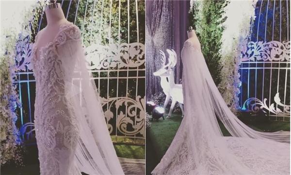 Phom váy đuôi cá sẽ giúp Hari Won trông quyến rũ, ngọt ngào hơn trong giây phút thiêng liêng của cuộc đời. Bộ váy có phần tay choàng cape lộng lẫy nhưng trông rất nhẹ nhàng nhờ chất liệu voan mềm mại.
