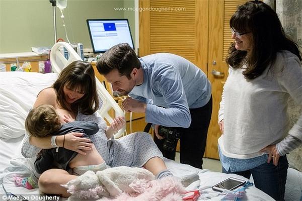 Khoảnh khắc người mẹ trẻ cho con bú trong lúc sắp lâm bồn được nữ nhiếp ảnh gia Maegan Dougherty ghi lại.