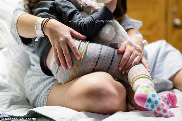 """Hai mẹ con đã không gặp trong vài giờ và ngay khi vừa thấy mẹ, cô bé đã có """"nhu cầu đặc biệt""""."""