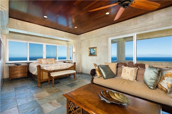 Phòng ngủ với view nhìn ra biển.