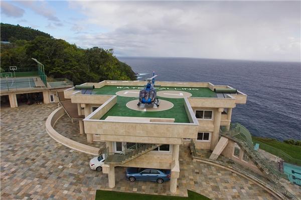 Một bãi đổ trực thăng cũng được xây dựng tại đây.