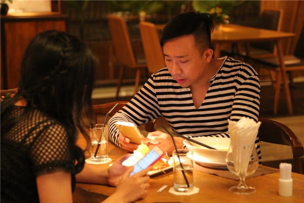 Trong khi chờ bạn gái trang điểm, Trấn Thành cùng em gái tranh thủ ăn nhẹ. - Tin sao Viet - Tin tuc sao Viet - Scandal sao Viet - Tin tuc cua Sao - Tin cua Sao