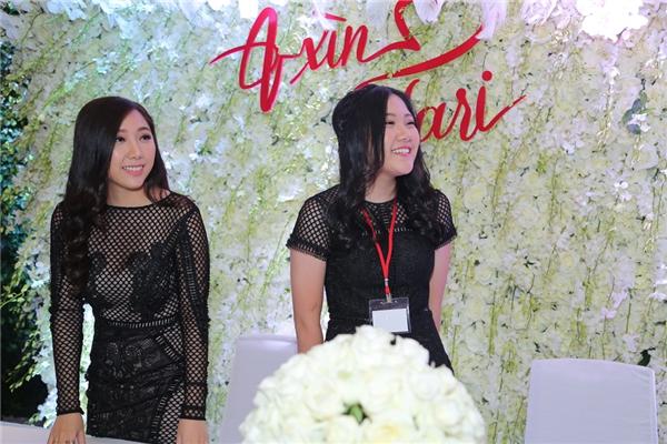 Hai cô em gái xinh đẹp của Trấn Thành đượcgiao nhiệm vụ ngồi ở bàn tiếp khách. - Tin sao Viet - Tin tuc sao Viet - Scandal sao Viet - Tin tuc cua Sao - Tin cua Sao
