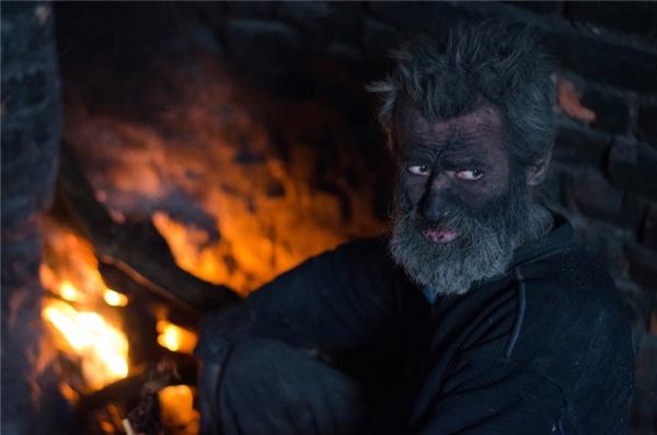 Không những thế ông còn có thói đen đốt tất cả mọi thứ, khiến làn da ám khói đen sì, chỉ có đôi mắt là giữ được màu trắng.