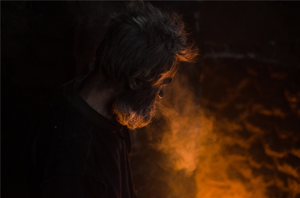Ông đốt mọi thứ chỉ để giữ lại ngọn lửa sưởi ấm cho mình cả ngày lẫn đêm.