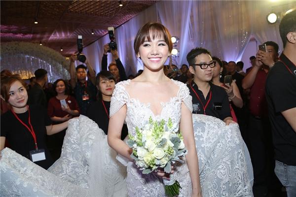 Hari Won xuất hiện trong bộ đầm cưới lộng lẫy khiến nhiều khách mời không thể rời mắt. - Tin sao Viet - Tin tuc sao Viet - Scandal sao Viet - Tin tuc cua Sao - Tin cua Sao