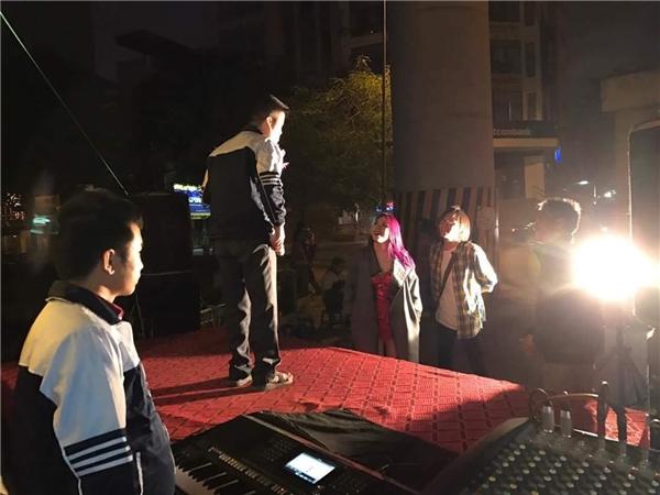 Giữa đêm Giáng sinh, trên đường về khách sạn sau 2 show diễn tại Hà Nội, Mỹ Tâm đã dừng lại trước một sân khấu nhỏ bên đường vì thích giọng hát của bạn khiếm thị đang biểu diễn. - Tin sao Viet - Tin tuc sao Viet - Scandal sao Viet - Tin tuc cua Sao - Tin cua Sao