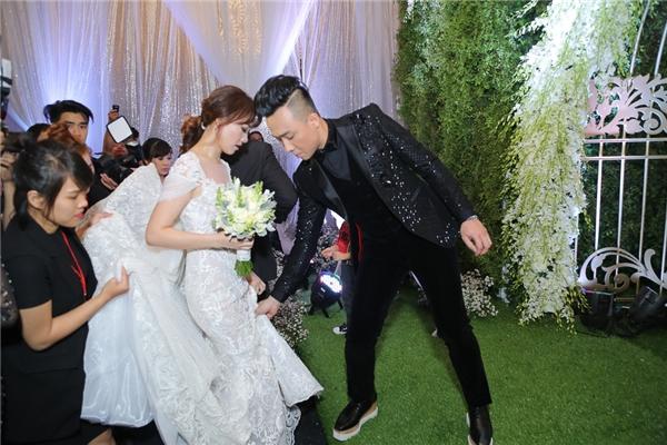 Trấn Thành ân cần nâng váy giúp Hari Won dễ di chuyển. - Tin sao Viet - Tin tuc sao Viet - Scandal sao Viet - Tin tuc cua Sao - Tin cua Sao