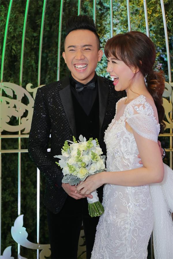 """Hai vợ chồng """"cười tẹt ga"""" trong ngày vui của mình. - Tin sao Viet - Tin tuc sao Viet - Scandal sao Viet - Tin tuc cua Sao - Tin cua Sao"""