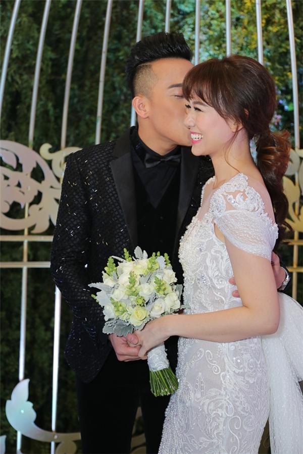 Chú rể Trấn Thành khẽ hôn nhẹ lên má Hari Won - Tin sao Viet - Tin tuc sao Viet - Scandal sao Viet - Tin tuc cua Sao - Tin cua Sao