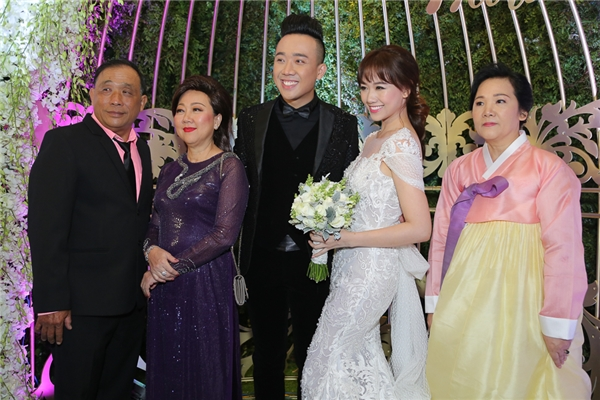 Trấn Thành và Hari Won chụp ảnh vớibố mẹ hai bên gia đình. - Tin sao Viet - Tin tuc sao Viet - Scandal sao Viet - Tin tuc cua Sao - Tin cua Sao