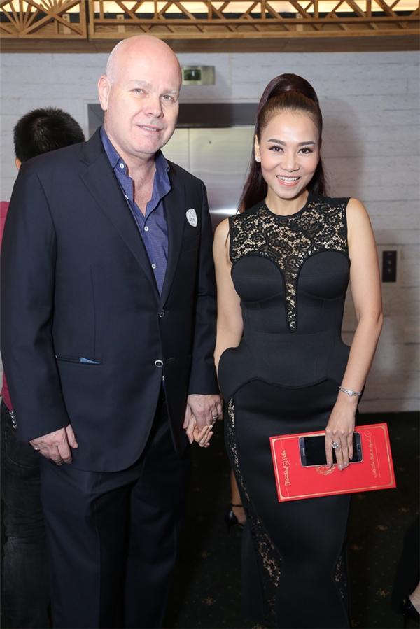 Vợ chồng Thu Minh tay trong tay đến chúc mừng hạnh phúc Trấn Thành - Tin sao Viet - Tin tuc sao Viet - Scandal sao Viet - Tin tuc cua Sao - Tin cua Sao