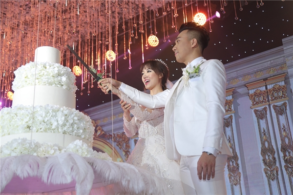 Hai vợ chồng cùng nhau cắt bánh cưới. - Tin sao Viet - Tin tuc sao Viet - Scandal sao Viet - Tin tuc cua Sao - Tin cua Sao