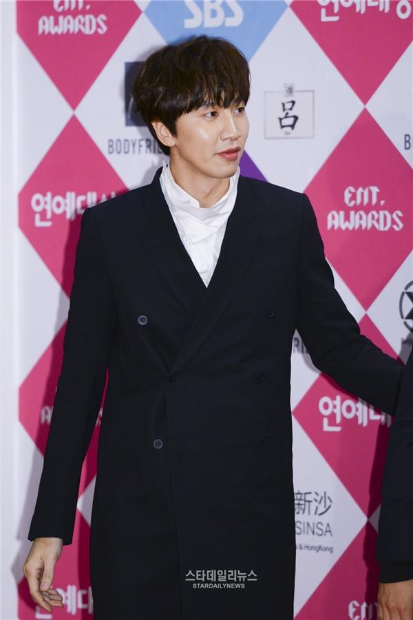 """Trái ngược với hình tượng trong Running Man, """"hoàng tử châu Á"""" Lee Kwang Soo dạo gần đây lộ diện đều thành công chiếm trọn trái tim khán giả nữ nhờ diện mạo điển trai cùng phong thái xuất chúng."""