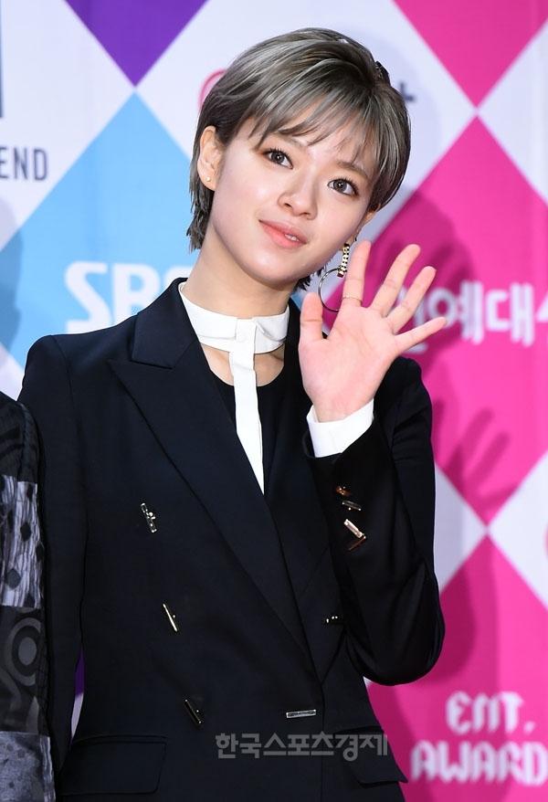 """Một mẩu của Twice, Jungyeon với kiểu tóc mới bắt mắt. Cô nàng còn không ngần ngại thể hiện vũ đạo """"gây sốt"""" của nhóm thời gian qua."""