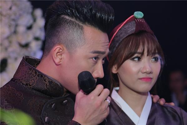 Trấn Thành không kiềm được nước mắt khi xem lại clip cầu hôn Hari Won - Tin sao Viet - Tin tuc sao Viet - Scandal sao Viet - Tin tuc cua Sao - Tin cua Sao