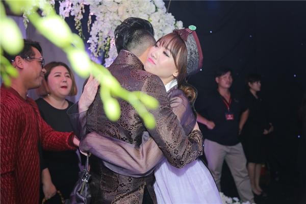Hai vợ chồng ôm nhau nồng cháy. - Tin sao Viet - Tin tuc sao Viet - Scandal sao Viet - Tin tuc cua Sao - Tin cua Sao
