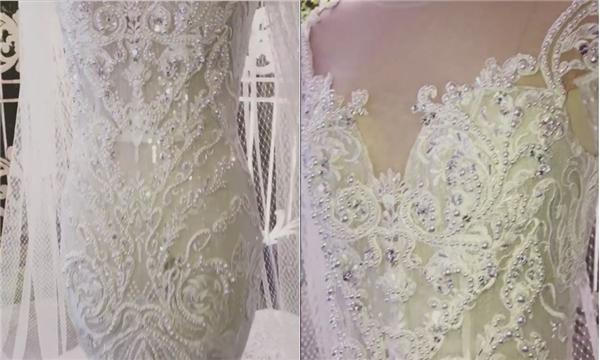 Trước giờ G của hôn lễ, nhà thiết kế Chung Thanh Phong đã hé lộ một trong 2 chiếc váy cưới mà Hari Won sẽ diện trong tiệc cưới tối nay. Bộ trang phục lấy sắc trắng làm chủ đạo, thực hiện trên nền chất liệu voan, lưới cao cấp được nhập khẩu hoàn toàn từ nước ngoài.
