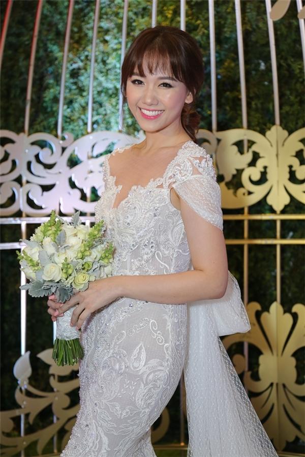 """Hàng nghìn viên đá pha lê lấp lánh được đính kết giúp bộ váy thêm lộng lẫy trong không gian tiệc tối. Chung Thanh Phong cho biết anh muốn mang đến hình ảnh một nàng công chúa nhỏ xinh cho Hari Won trong ngày """"theo chàng về dinh""""."""