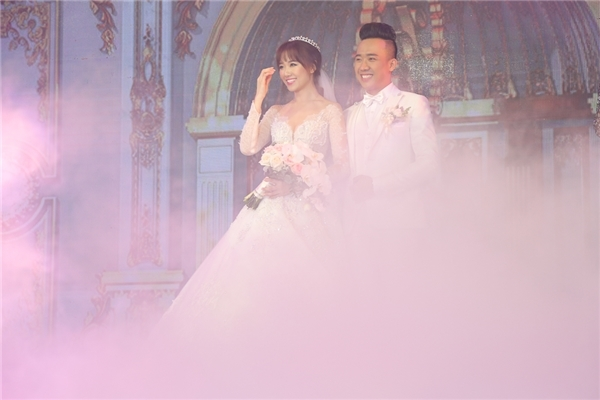 Cận cảnh hai chiếc váy cưới đẹp như công chúa của Hari Won