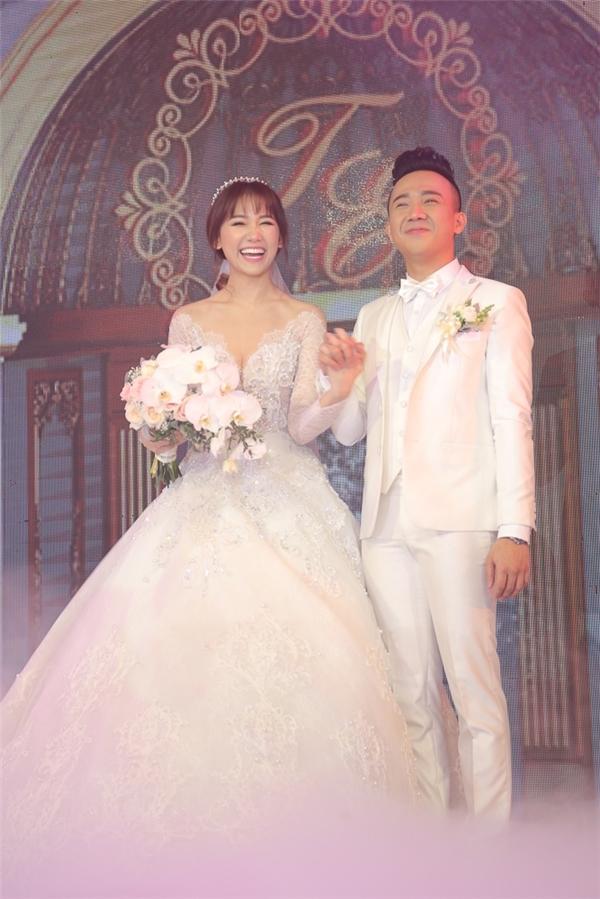 """Bộ váy mà nữ ca sĩ diện trong lúc cử hành hôn lễ lại có phom xòe rộng truyền thống, đúng chất """"nàng công chúa"""" như Chung Thanh Phong từng chia sẻ. Các họa tiết trên váy đều được thực hiện tỉ mỉ, tinh tế bằng phương pháp đính kết thủ công."""