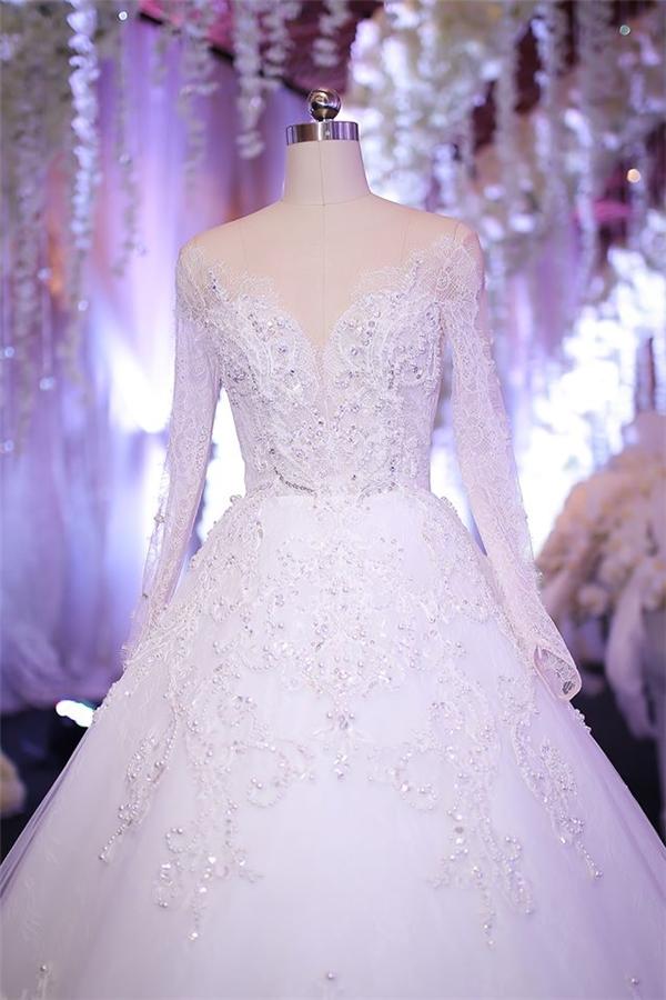 Trước khi bắt đầu các nghi lễ chính thức, chiếc váy xòe còn được đặt ở trung tâm không gian sảnh đón tiếp khách để mọi người có thễ dễ dàng chiêm ngưỡng. Đây là điều hiếm gặp trong đám cưới của sao Việt.