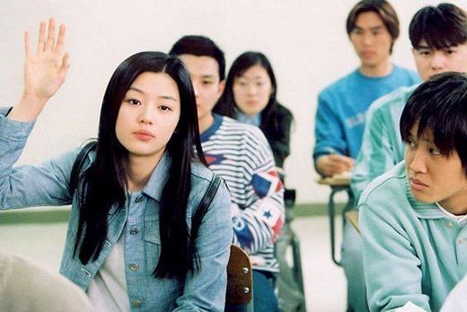 """Một trong những vai diễn đưa nàng """"minh tinh Trái Đất"""" đến gần với khán giả màn ảnh nhỏ hơn khi cô đóng vai chính trong phim My Sassy Girl (Cô nàng ngổ ngáo). Jeon Ji Hyun đã thể hiện xuất sắc nét tinh nghịch đáng yêu của nhân vật nhờ nhan sắc trẻ trung, năng động của mình."""