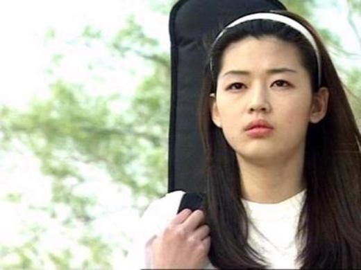 """Trong dự án phim Happy Togetherđánh dấu sự nghiệp diễn viên của mình, Jeon Ji Hyun khiến nhiều khán giả """"đứng ngồi không yên"""" với lối diễn xuất đầy nội lực cùng nhan sắc thuần khiết, trong sáng."""