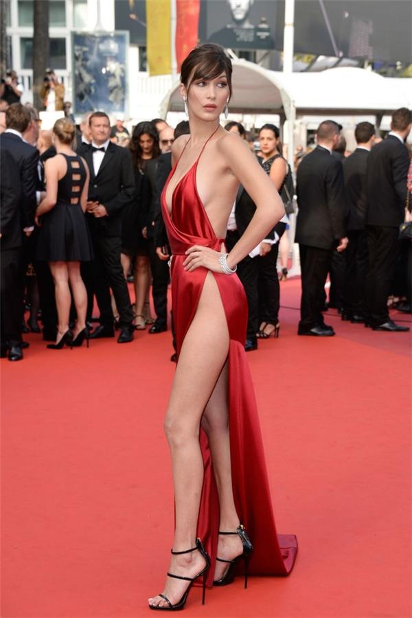 """Trước đó, trên thảm đỏ Cannes, em gái của Gigi Hadid cũng trở thành tâm điểm với chiếc đầm Alexandre Vauthier xẻ cao đến nguy hiểm. Trong vài phút tạo dáng, cô nàng đã nhiều phen toát mồ hôi với chiếc đầm chỉ chực gây """"lộ hàng"""" này."""