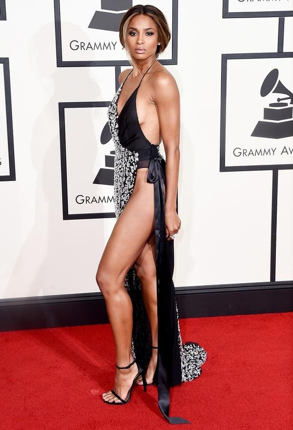 """Ciara tại Grammy 2016 cũng gia nhập hội """"không sợ lộ hàng"""" với một thiết kế của Alexandre Vauthier, giúp khoe ra làn da mịn màng không tì vết của cô nàng."""