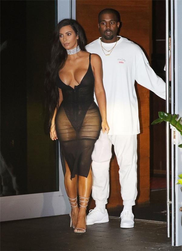 Không chỉ diện đầm xuyên thấu đi sự kiện, trong một lần đi hẹn hò với anh chồng Kanye West, Kim cũng khoe triệt để thân hình đồng hồ cát của mình với bộ cánh chẳng khác gì nội y này.