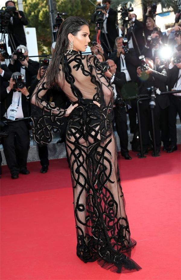 Một cô em khác của nhà Kardashian, Kendall Jenner cũng tỏ ra vô cùng tự hào với ngoại hình của mình trên thảm đỏ Cannes 2016 trong chiếc đầm xuyên thấu của Roberto Cavalli.