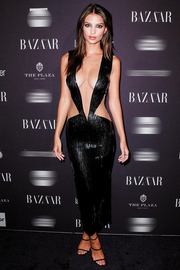 Trong bữa tiệc do tạp chí Harper's Bazaar tổ chức, Emily Ratajkowski đã khoe trọn vòng 1 nóng bỏng của mình trong chiếc đầm kiệm vải của Julien Macdonald.