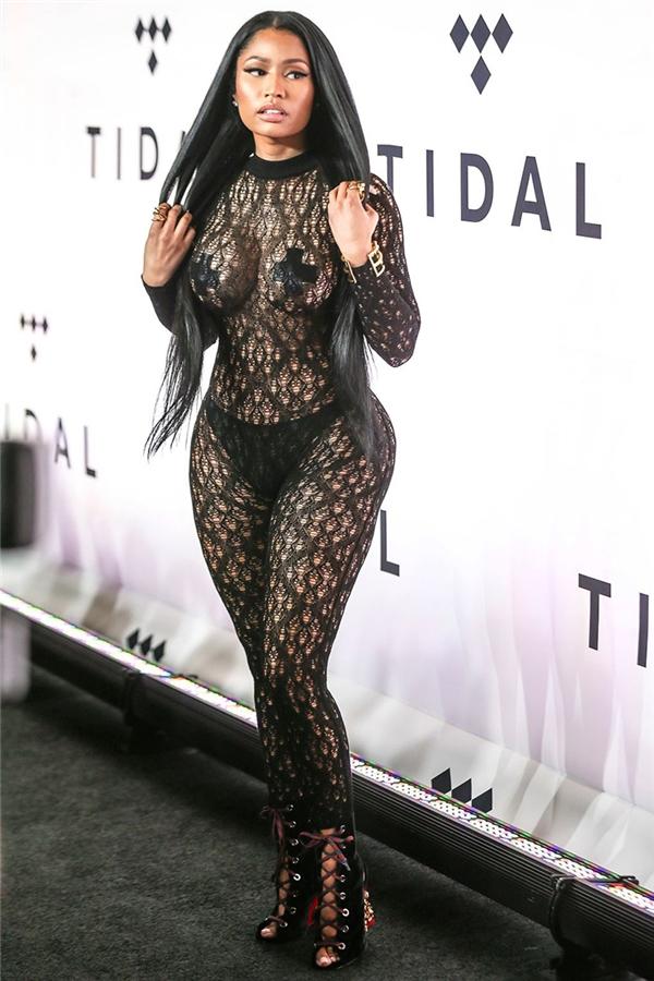 """Trong sự kiện TIDAL X: 1015, Nicki Minaj đã diện bộ cánh """"mặc như không mặc"""" trứ danh của năm nay. Cũng vì bộ body suit ren với băng dính che nhũ hoa này mà nữ rapper đã bị lọt danh sách sao diện đồ """"thảm họa"""" nhất 2016."""