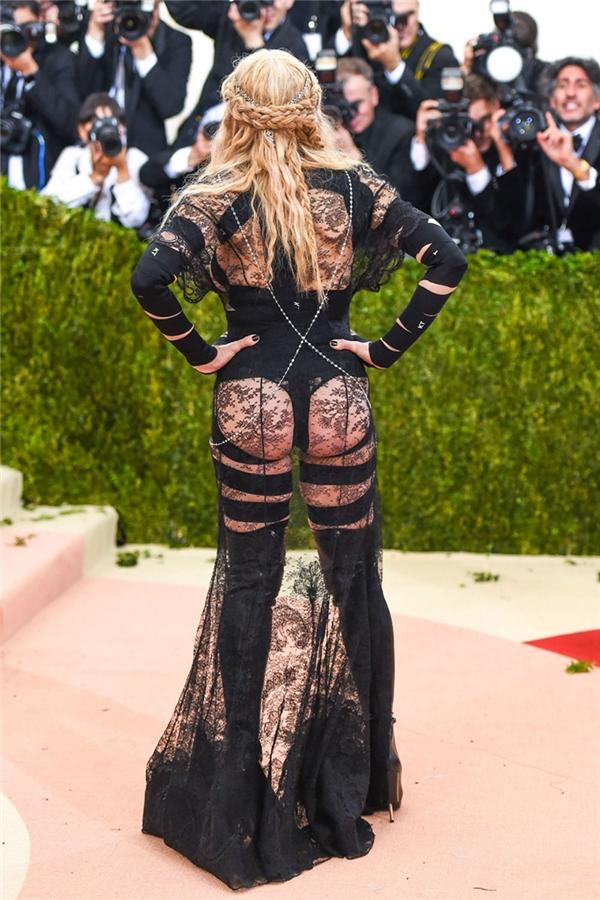 Madonna tại Met Gala 2016: Đây không phải lần đầu chúng ta được thấy nữ hoàng nhạc dance ăn mặc thiếu vải, nhưng đây là lần đầu trang phục của cô lấy cảm hứng từ... những miếng dán cơ nhằm hỗ trợ cơ bắp phải vận động quá sức trong những tour diễn của mình.