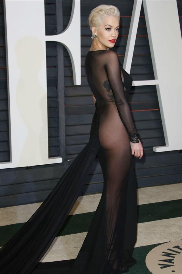 Trước đó tại bữa tiệc Vanity Fair Oscars, Rita đã khiến đồng loạt máy ảnh hướng về phía mình khi diện chiếc đầm xuyên thấu này của Donna Karan, một thiết kế có thể nói là... muốn diện nội y cũng khó.