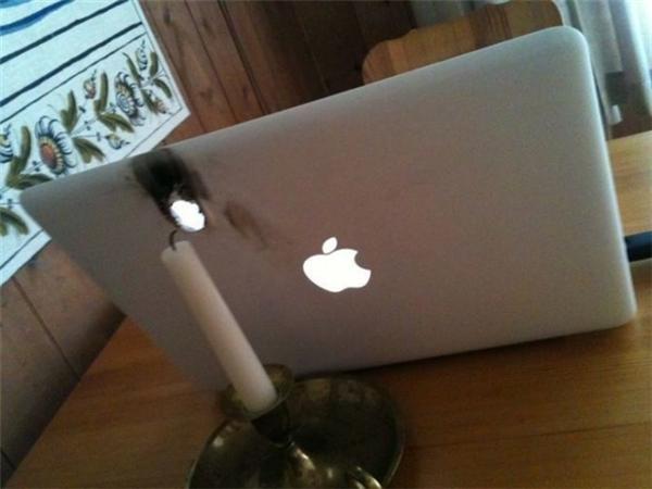 """Đèn cầy và """"táo"""" không thuộc về nhau."""