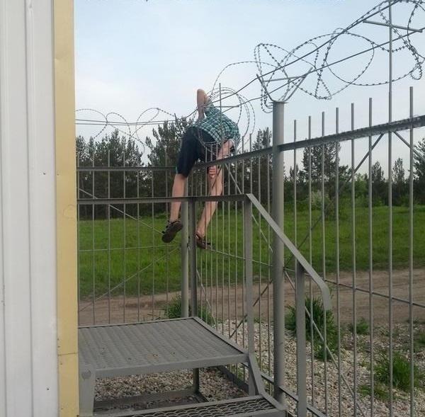 Đã bị cấm túc rồi thì đừng cố vượt rào đi chơi làm gì.