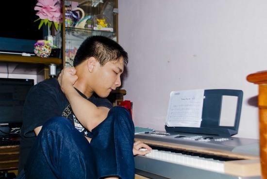 Niềm đam mê mãnh liệt với âm nhạc đã giúp chàng trai trẻ thực hiện được ước mơ sáng tác của mình. (Ảnh: Internet)