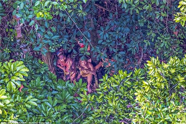 Bộ lạc nàysống tách biệt trong rừng sâu.