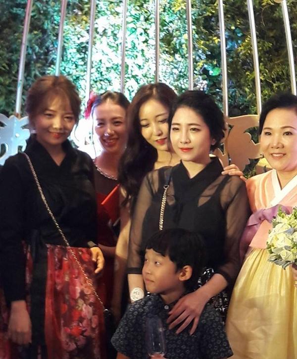 Ngỡ ngàng với nhan sắc của họ nhà gái tại hôn lễ của Hari Won