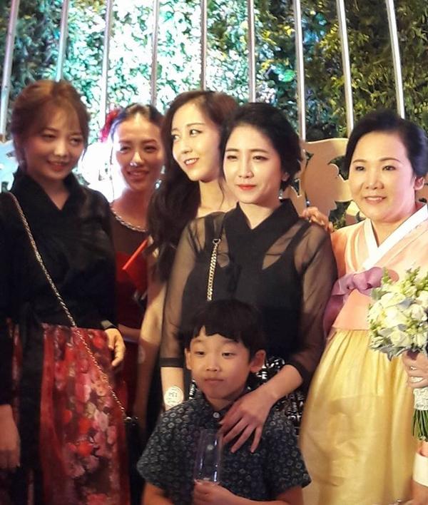 Một nhân vật đáng chú ý nữa chính là chị gái và những em họ của Hari Won, họ sỡ hữu vẻ ngoài khá giống nhau, đặc biệt chị gái của cô. Vẻ ngoài xinh tươi, rạng rỡ của những gương mặt nhà gái cũng khiến quan khách phải chú ý khá nhiều.